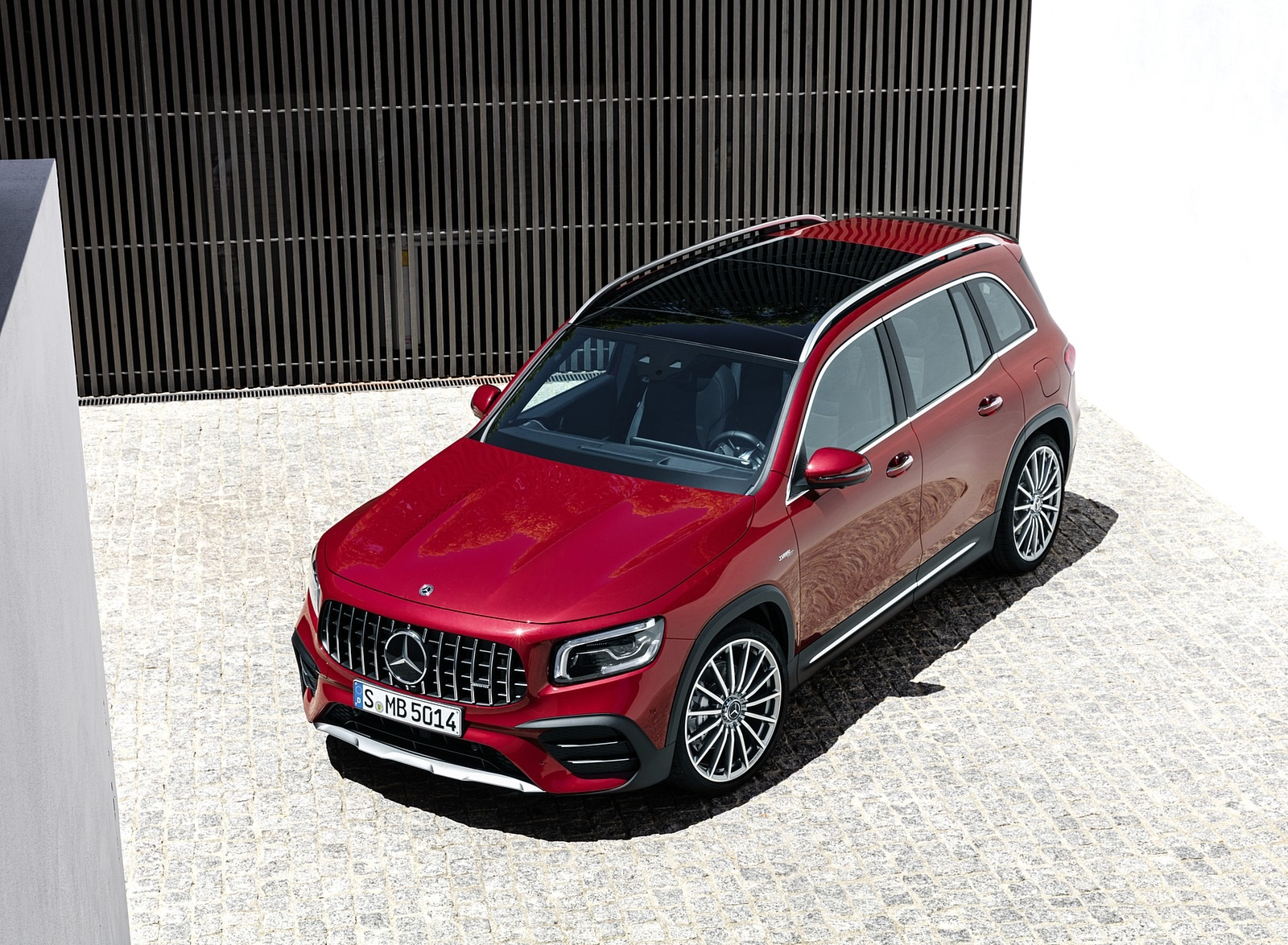 2021 Mercedes-AMG GLB 35 4MATIC (Color: Designo Patagonia Red Metallic) Front Three-Quarter Wallpapers (13)
