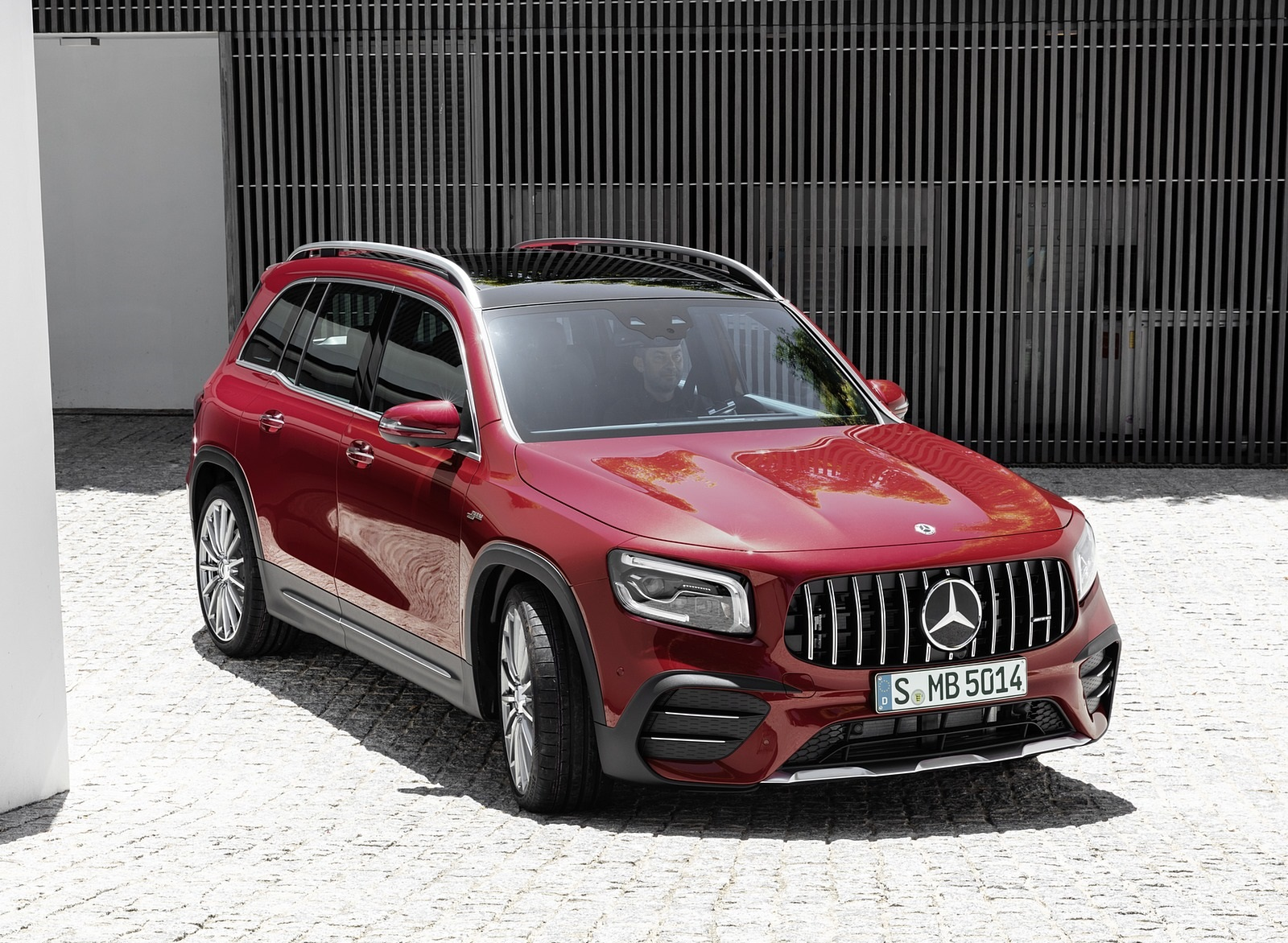 2021 Mercedes-AMG GLB 35 4MATIC (Color: Designo Patagonia Red Metallic) Front Three-Quarter Wallpapers (14)