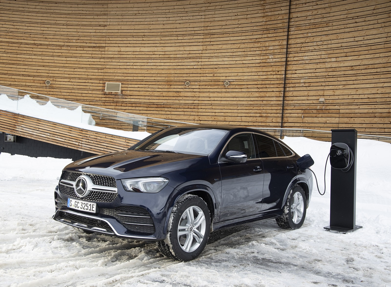2021 Mercedes-Benz GLE Coupe 350 de 4MATIC Coupe (Color: Cavansite Blue Metallic Diesel Plug-In Hybrid) Charging Wallpapers (9)