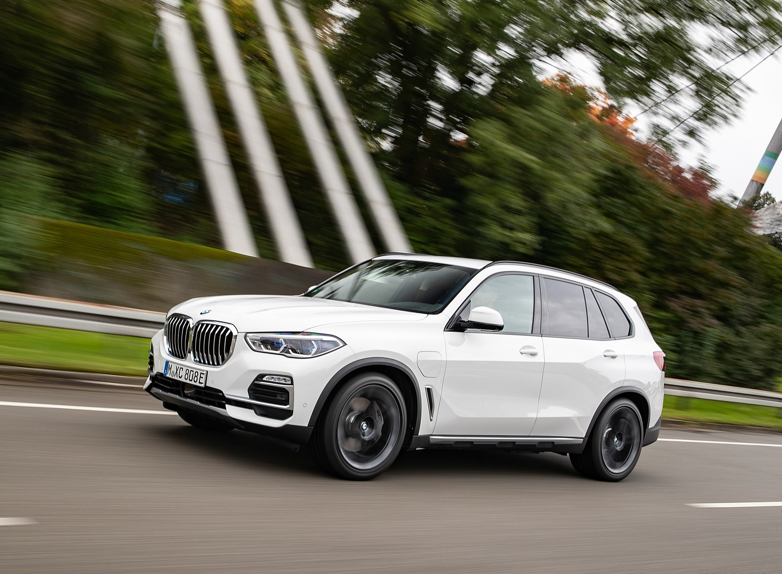 2019 BMW X5 xDrive45e iPerformance Front Three-Quarter Wallpapers (10)