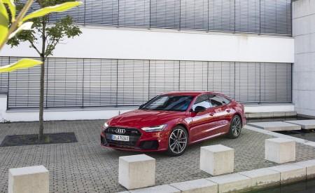 2020 Audi A7 Sportback 55 TFSI e quattro Plug-In Hybrid (Color: Tango Red) Front Three-Quarter Wallpapers 450x275 (24)
