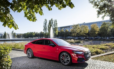 2020 Audi A7 Sportback 55 TFSI e quattro Plug-In Hybrid (Color: Tango Red) Front Three-Quarter Wallpapers 450x275 (28)