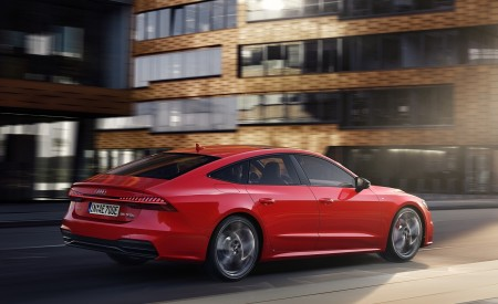 2020 Audi A7 Sportback 55 TFSI e quattro (Plug-In Hybrid Color: Tango Red) Rear Three-Quarter Wallpapers 450x275 (63)