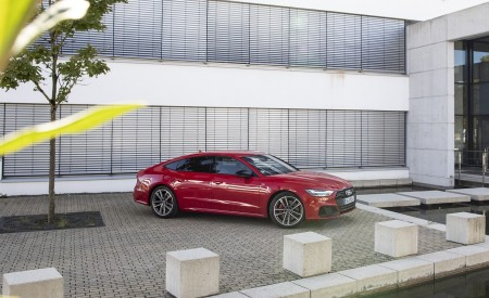2020 Audi A7 Sportback 55 TFSI e quattro Plug-In Hybrid (Color: Tango Red) Side Wallpapers 450x275 (37)