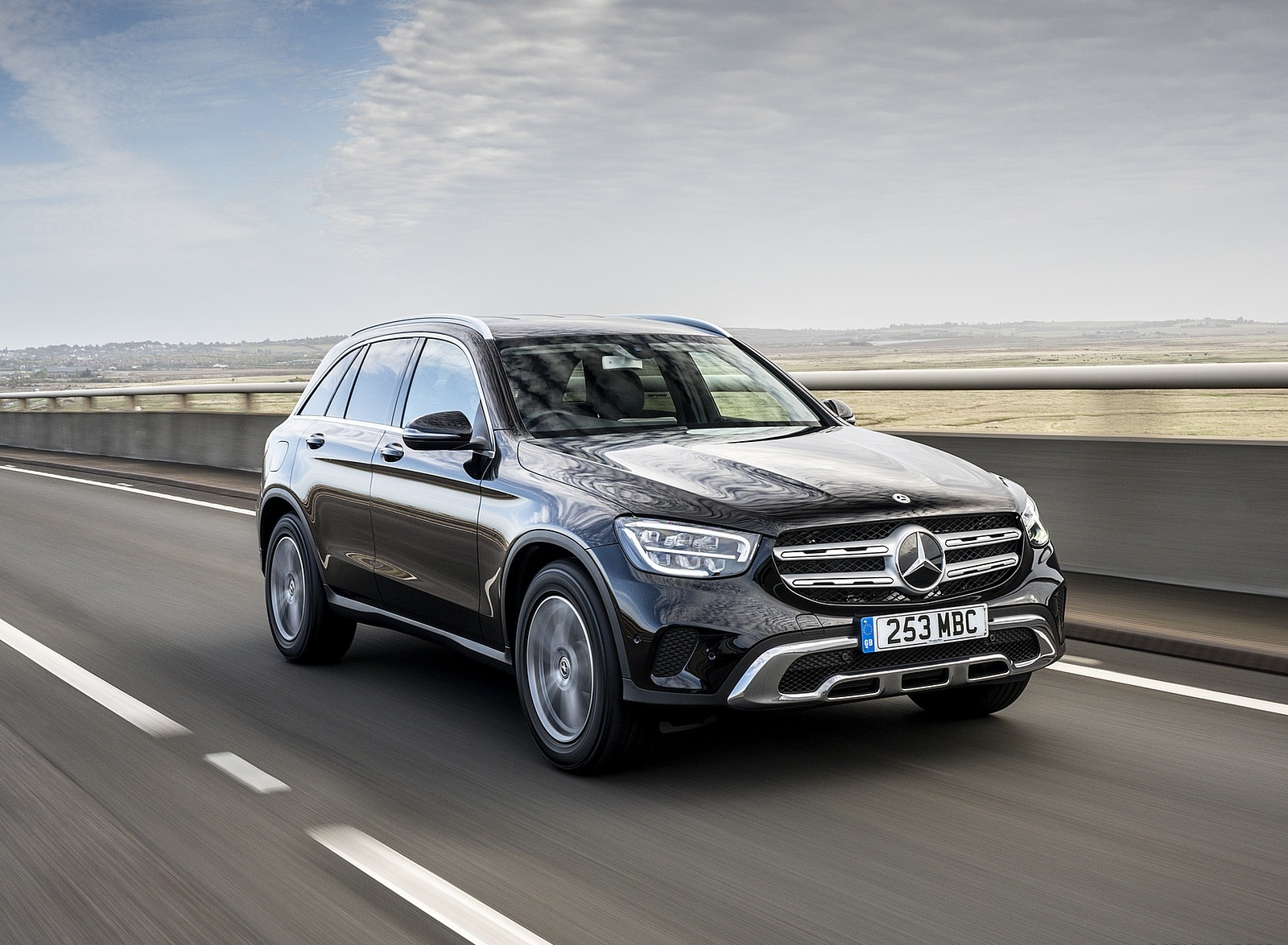 2020 Mercedes-Benz GLC 220d (UK-Spec) Front Three-Quarter Wallpapers (2)