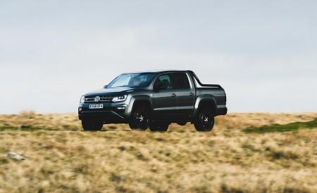 2019 Volkswagen Amarok Black Edition (UK-Spec) Front Three-Quarter Wallpapers 450x275 (2)