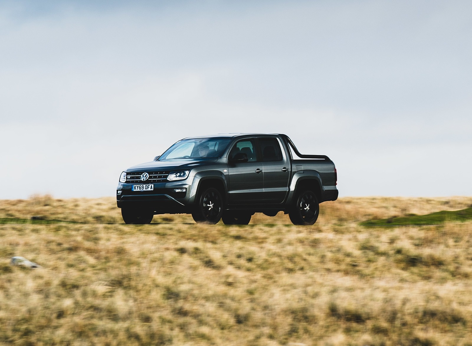 2019 Volkswagen Amarok Black Edition (UK-Spec) Front Three-Quarter Wallpapers (2)