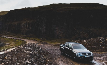 2019 Volkswagen Amarok Black Edition (UK-Spec) Front Three-Quarter Wallpapers 450x275 (16)