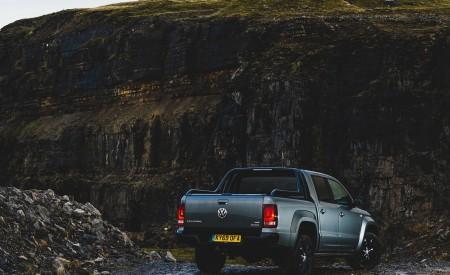 2019 Volkswagen Amarok Black Edition (UK-Spec) Rear Three-Quarter Wallpapers 450x275 (29)