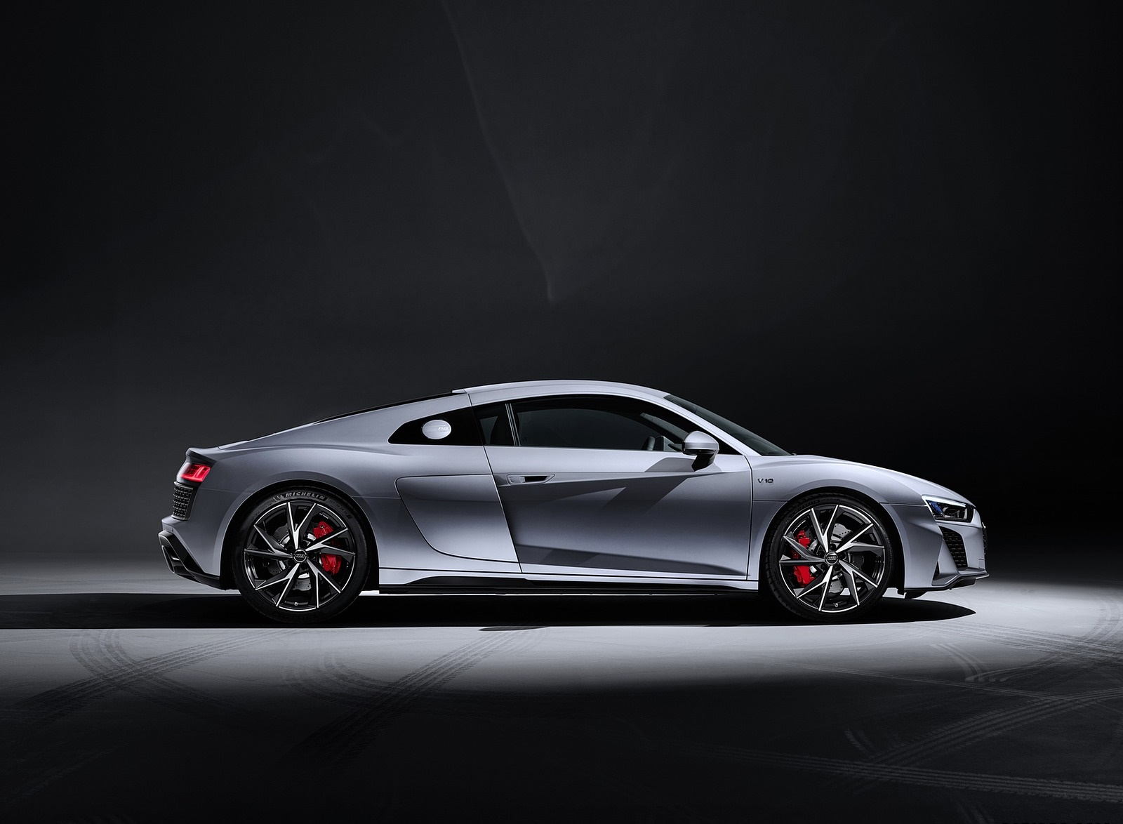 2020 Audi R8 V10 RWD Coupe (Color: Florett Silver) Side Wallpapers #27 of 32