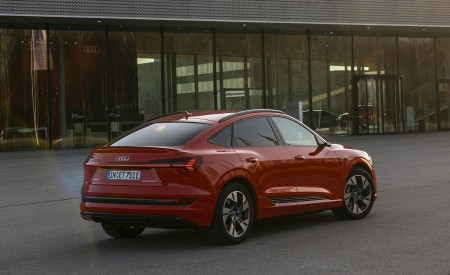 2020 Audi e-tron Sportback (Color: Catalunya Red) Rear Three-Quarter Wallpapers 450x275 (10)