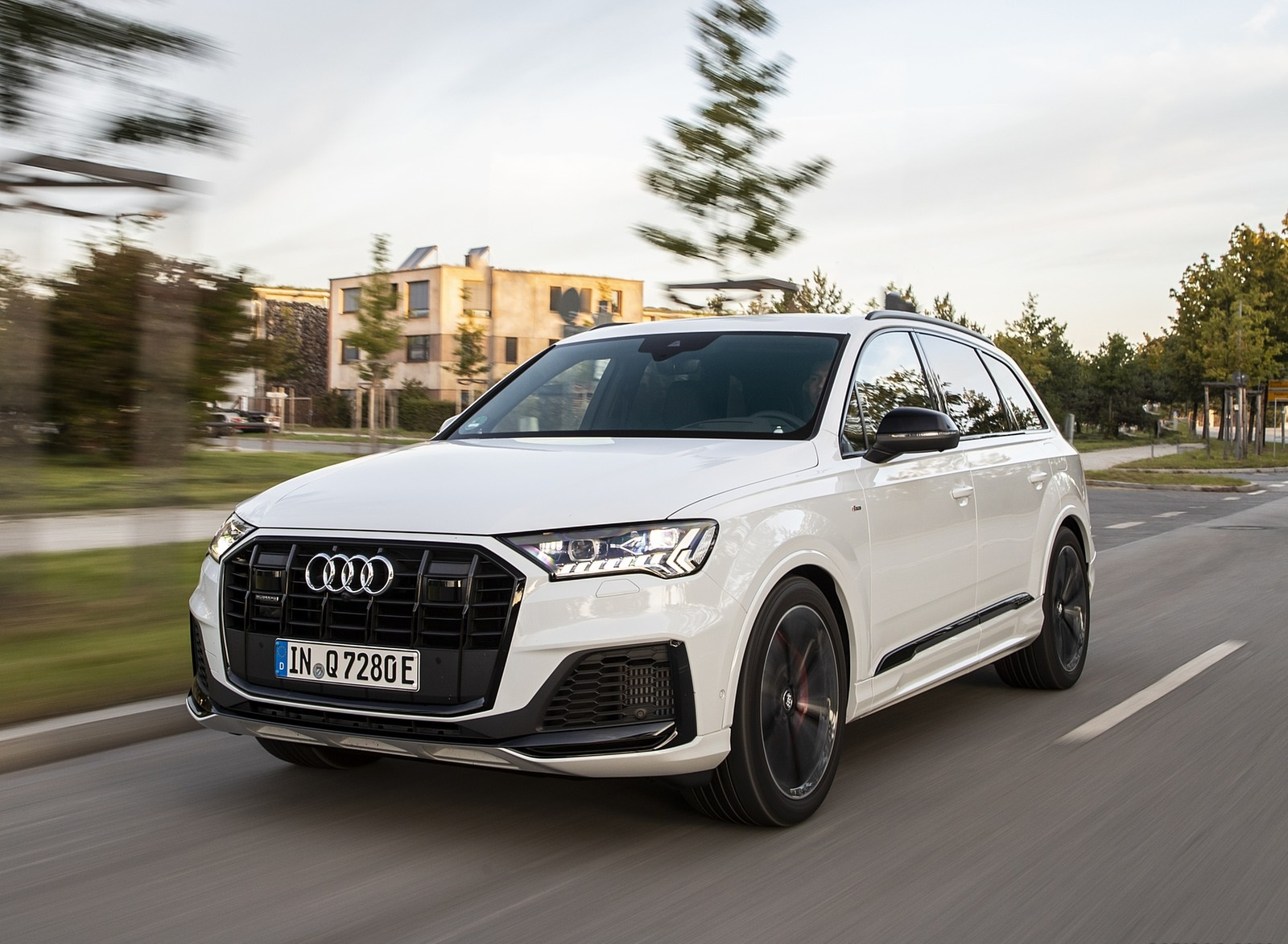2020 Audi Q7 TFSI e quattro Plug-In Hybrid (Color: Glacier White) Front Three-Quarter Wallpapers (3)
