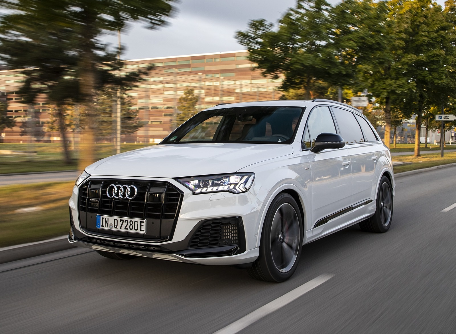 2020 Audi Q7 TFSI e quattro Plug-In Hybrid (Color: Glacier White) Front Three-Quarter Wallpapers (1)