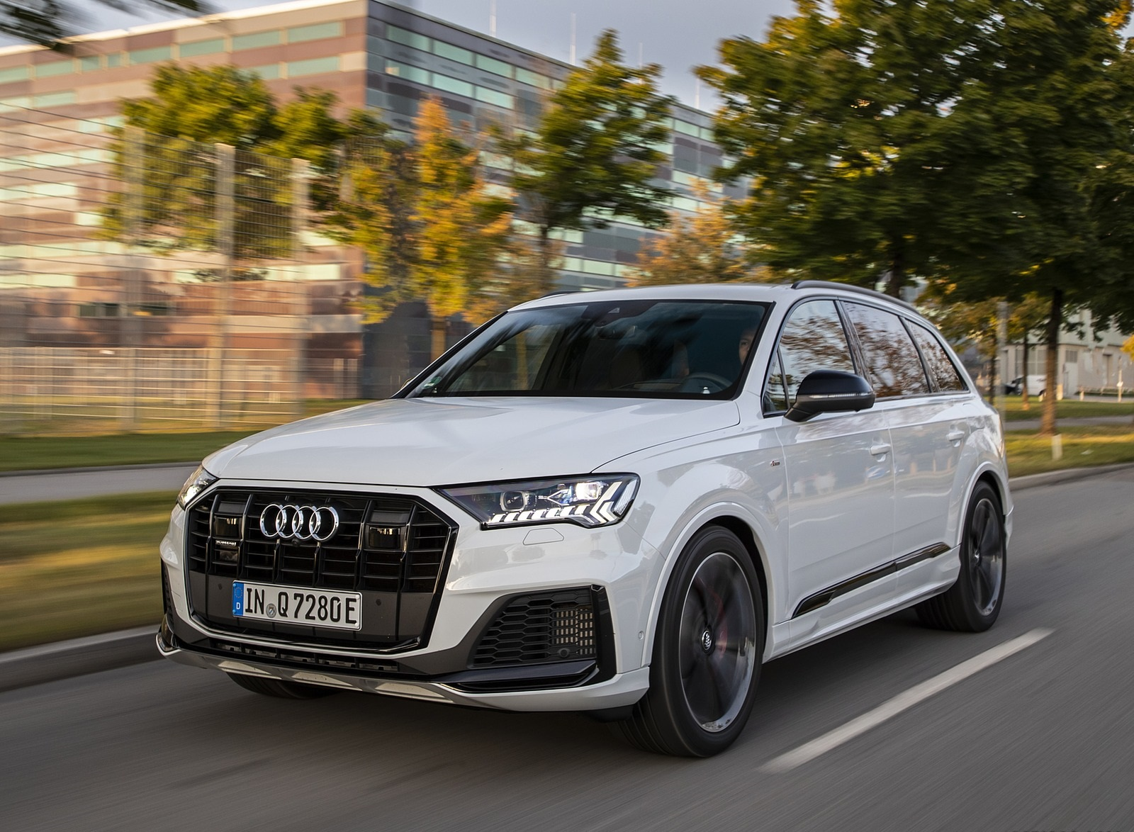 2020 Audi Q7 TFSI e quattro Plug-In Hybrid (Color: Glacier White) Front Three-Quarter Wallpapers (4)