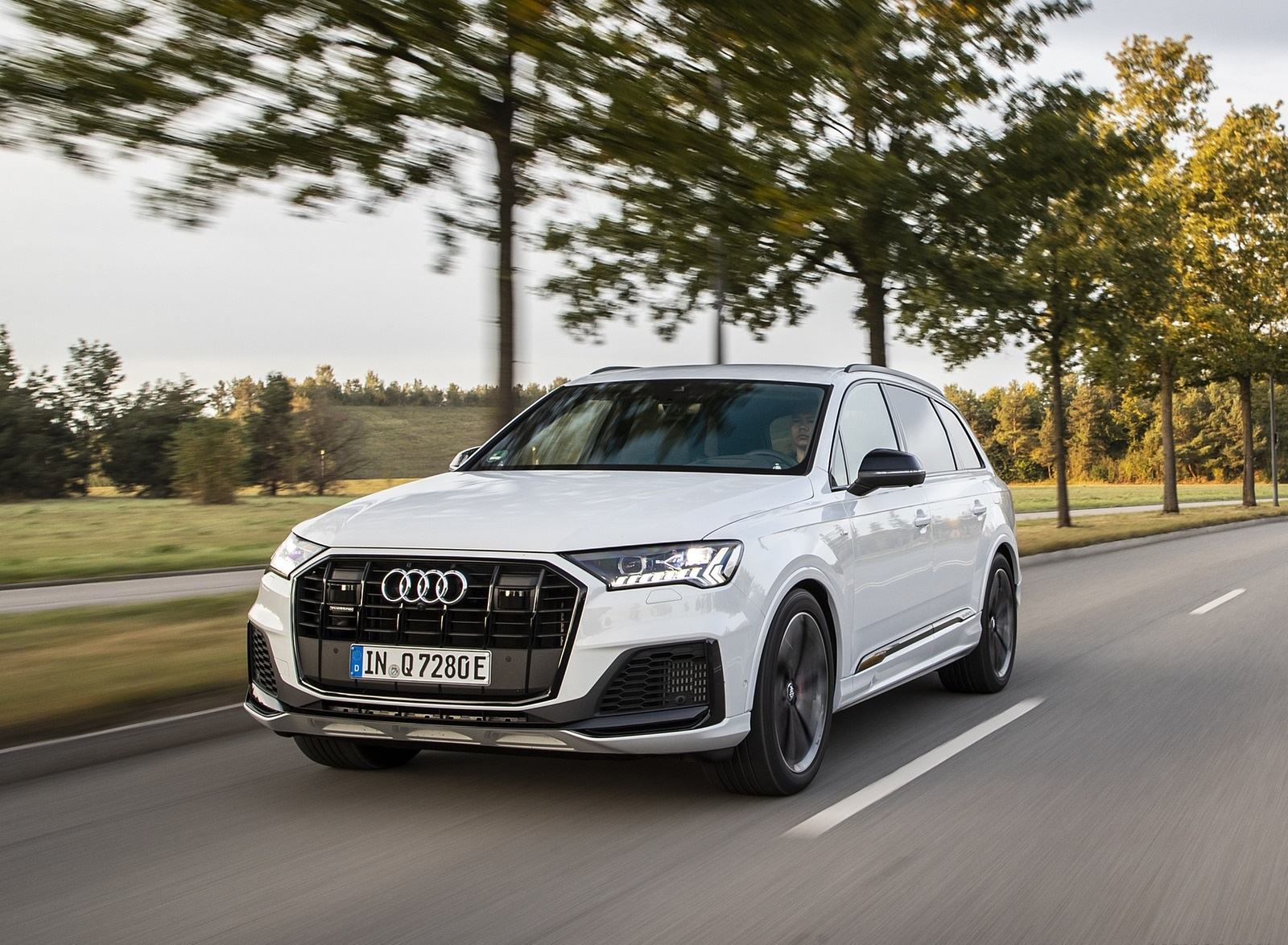 2020 Audi Q7 TFSI e quattro Plug-In Hybrid (Color: Glacier White) Front Three-Quarter Wallpapers (5)