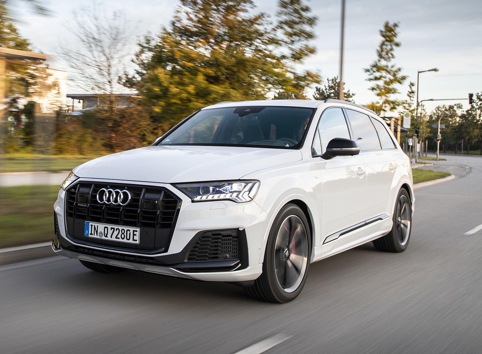 2020 Audi Q7 TFSI e quattro Plug-In Hybrid (Color: Glacier White) Front Three-Quarter Wallpapers (9)