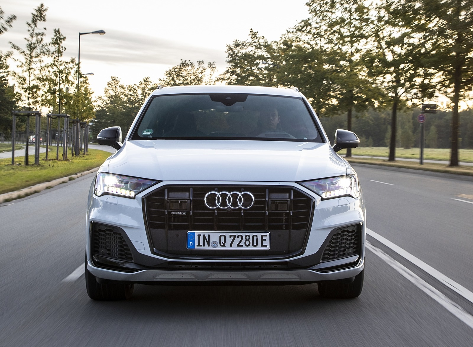2020 Audi Q7 TFSI e quattro Plug-In Hybrid (Color: Glacier White) Front Wallpapers (2)