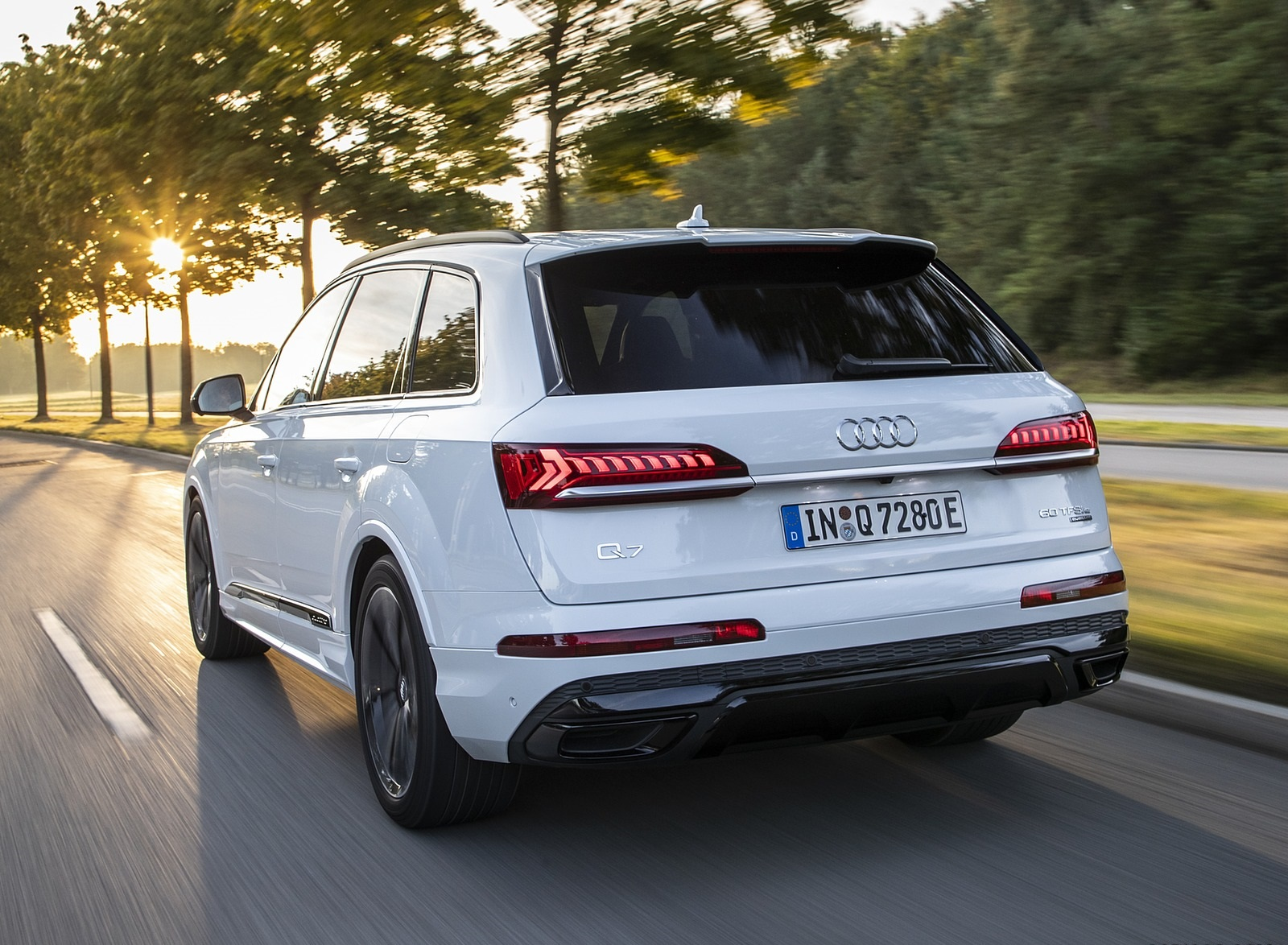 2020 Audi Q7 TFSI e quattro Plug-In Hybrid (Color: Glacier White) Rear Three-Quarter Wallpapers (6)