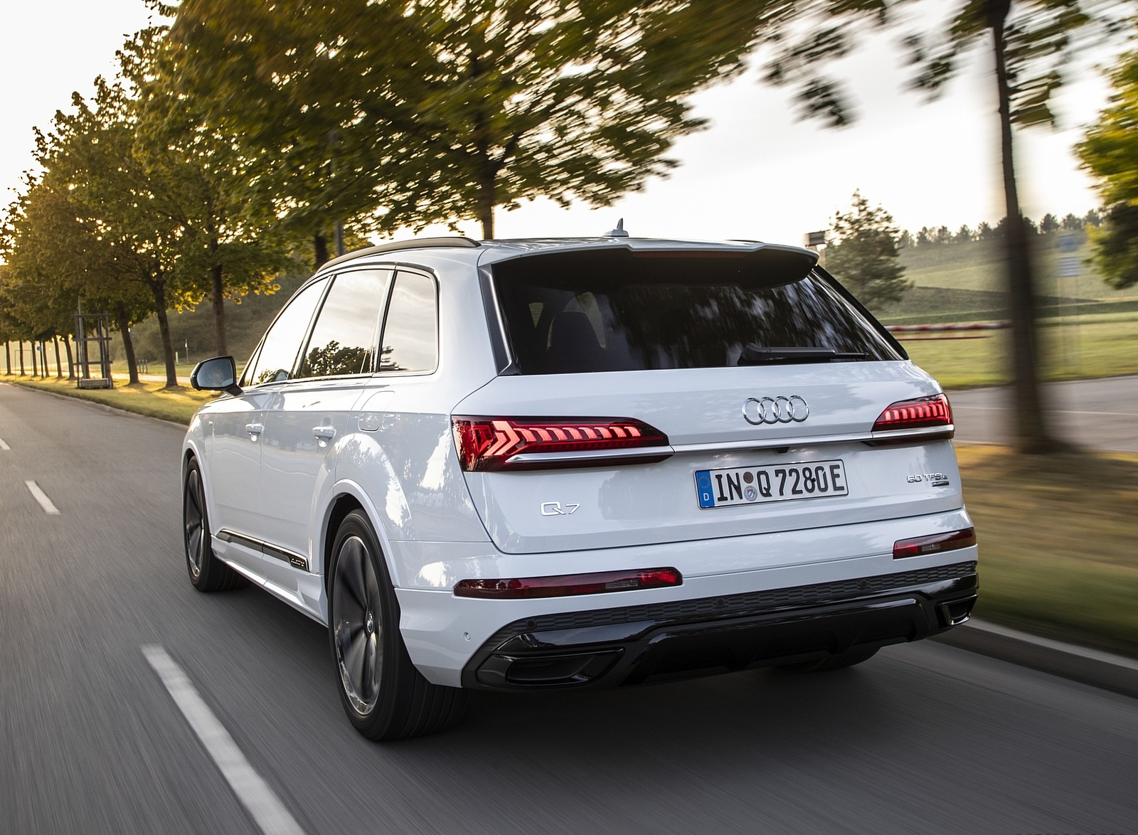 2020 Audi Q7 TFSI e quattro Plug-In Hybrid (Color: Glacier White) Rear Three-Quarter Wallpapers (7)
