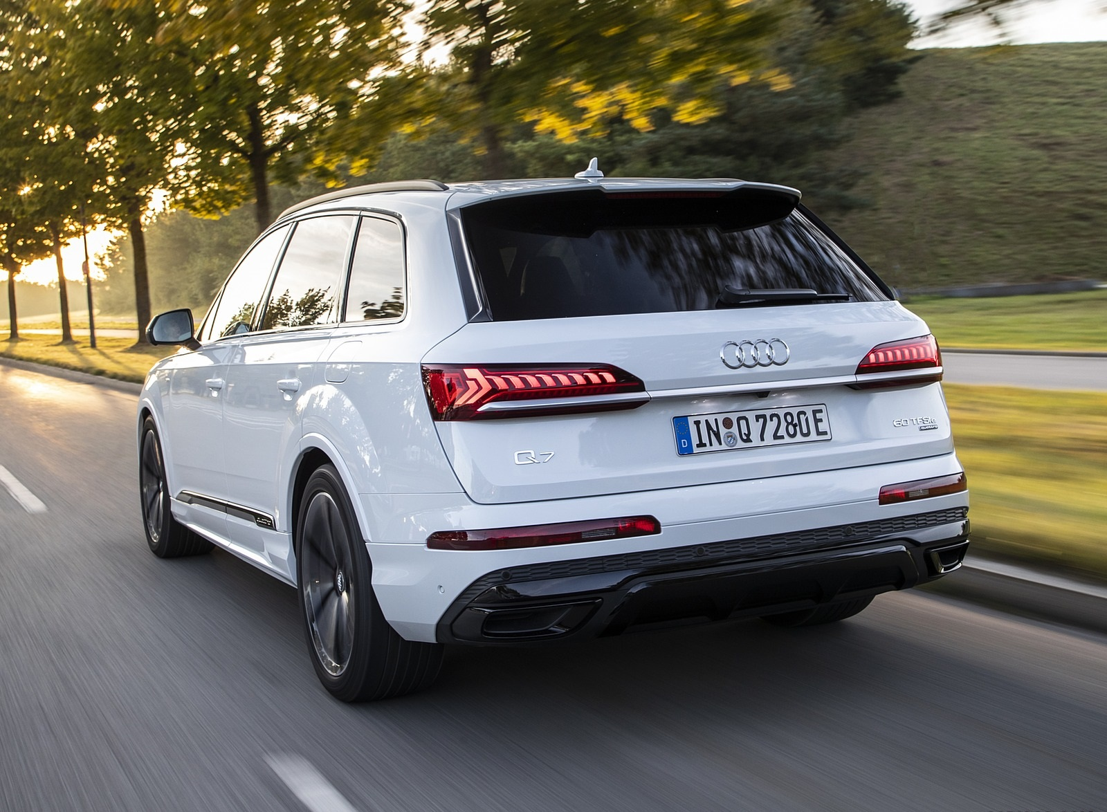 2020 Audi Q7 TFSI e quattro Plug-In Hybrid (Color: Glacier White) Rear Three-Quarter Wallpapers (8)