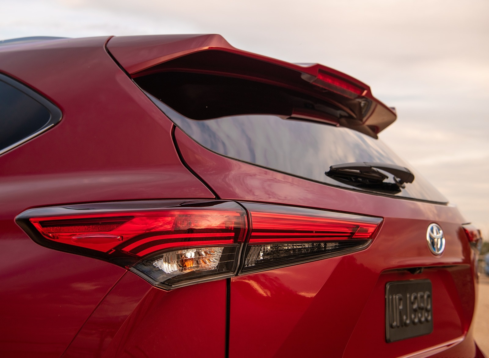2020 Toyota Highlander Platinum Hybrid AWD (Color: Ruby Flare Pearl) Tail Light Wallpapers #12 of 42