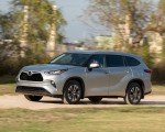 2020 Toyota Highlander XLE (Color: Silver Metallic) Front Three-Quarter Wallpapers 150x120 (3)
