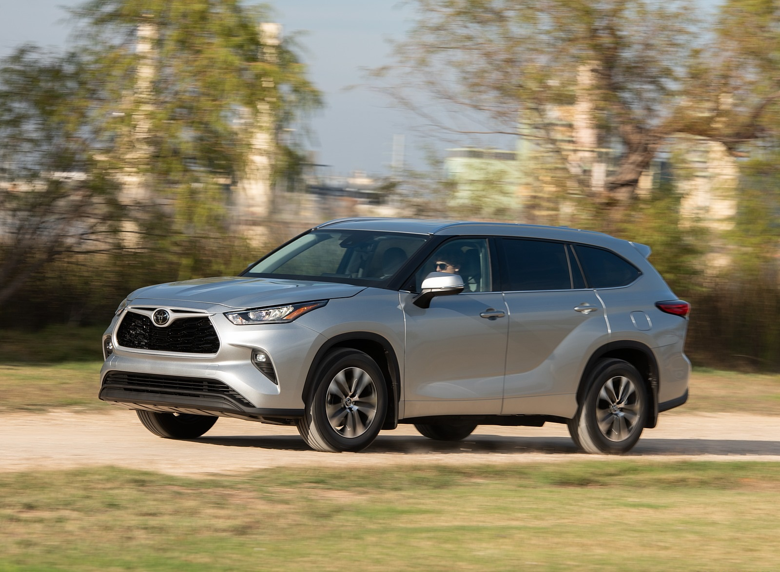 2020 Toyota Highlander XLE (Color: Silver Metallic) Front Three-Quarter Wallpapers (3)