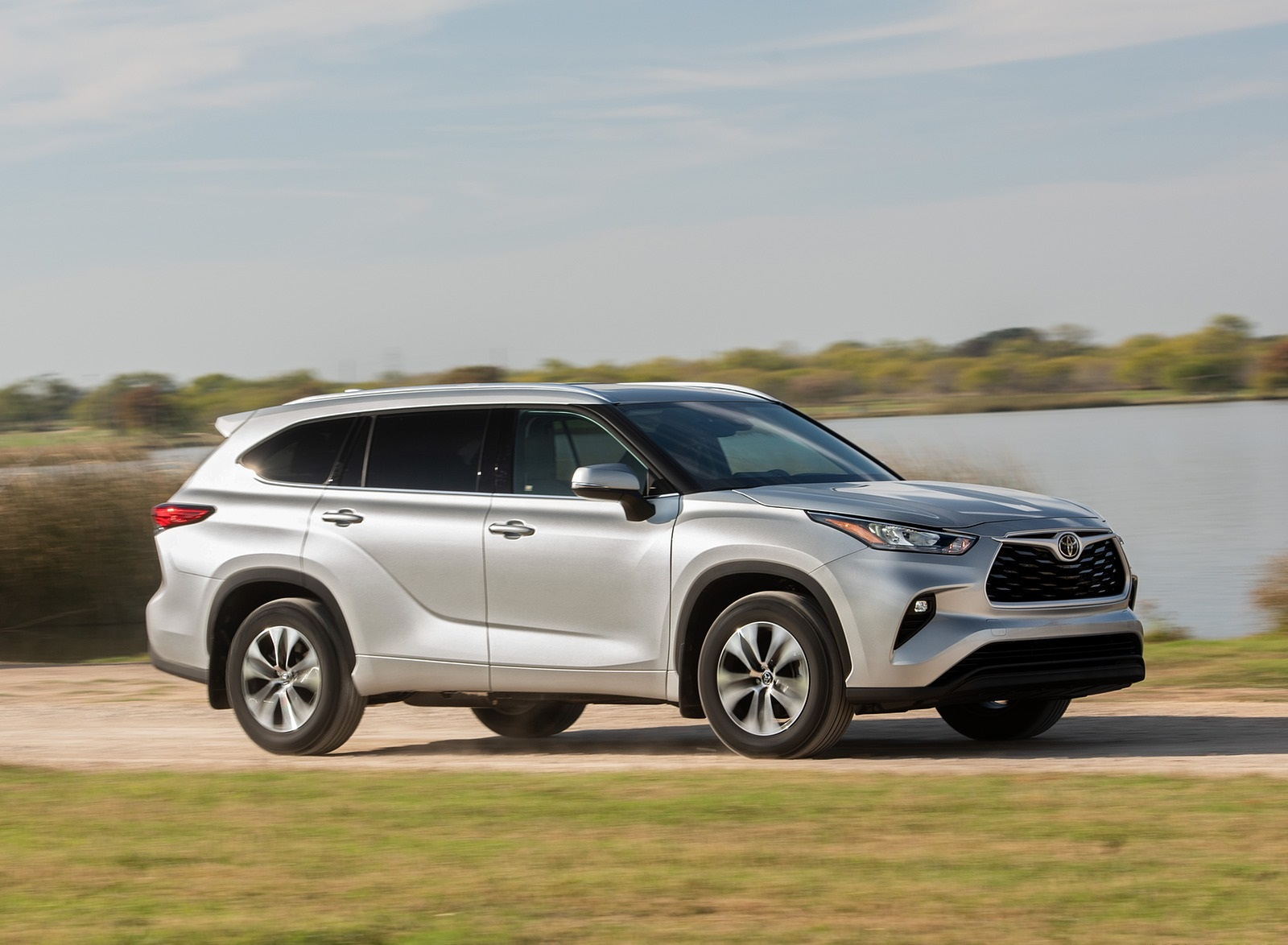 2020 Toyota Highlander XLE (Color: Silver Metallic) Front Three-Quarter Wallpapers (4)