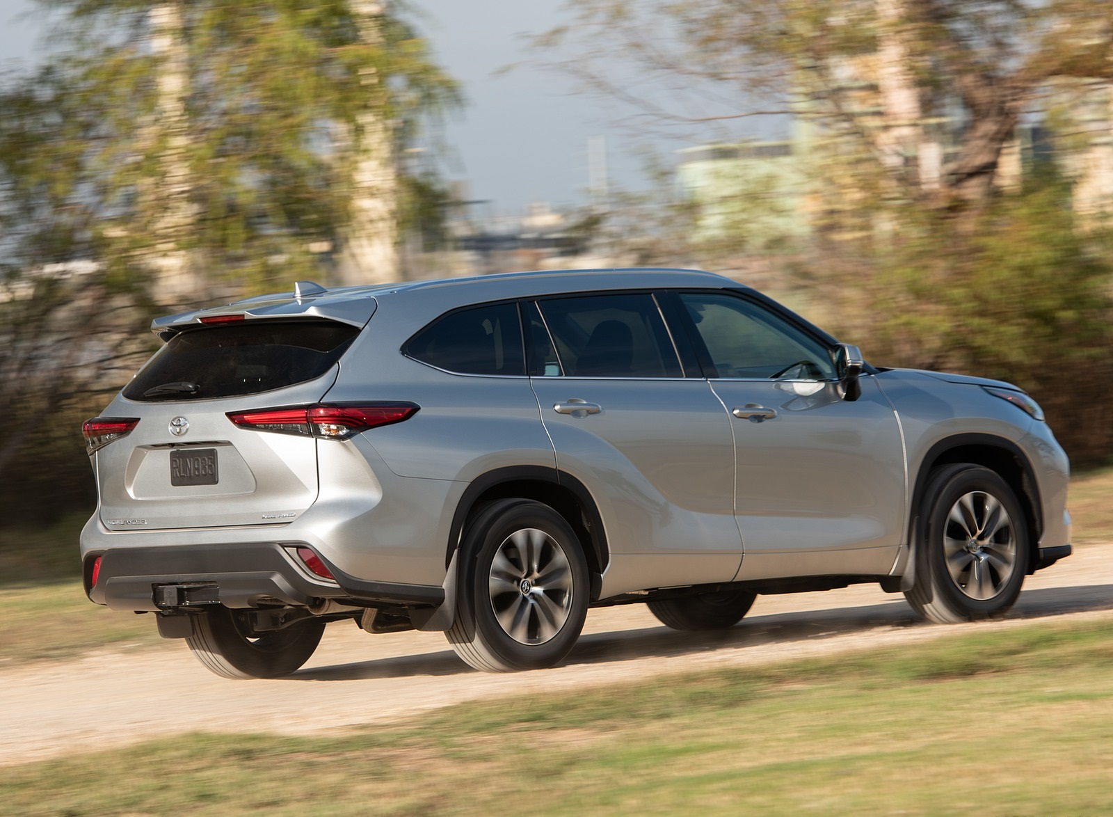2020 Toyota Highlander XLE (Color: Silver Metallic) Rear Three-Quarter Wallpapers (5)