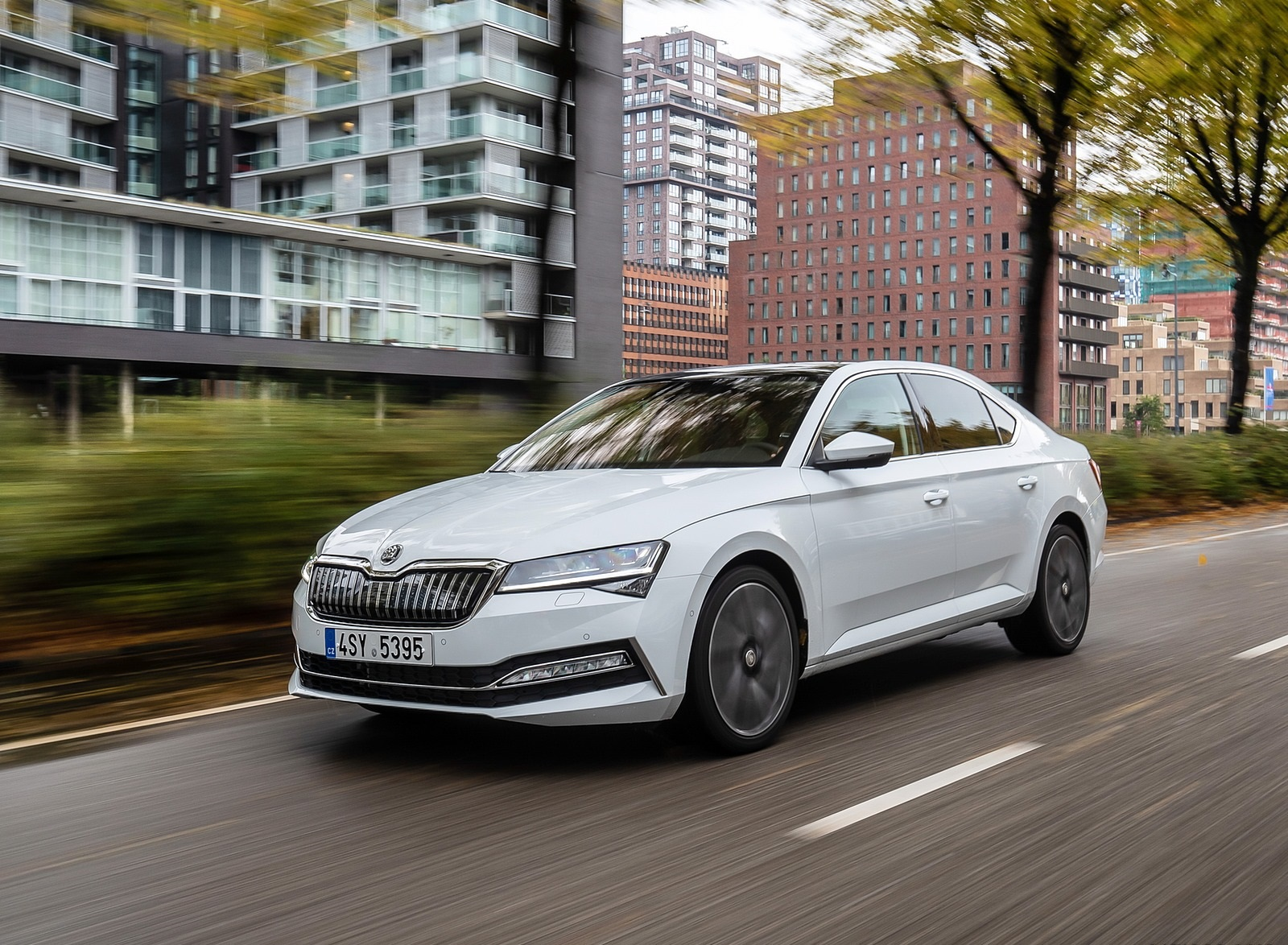 2020 Skoda Superb iV Plug-In Hybrid Front Three-Quarter Wallpapers (3)