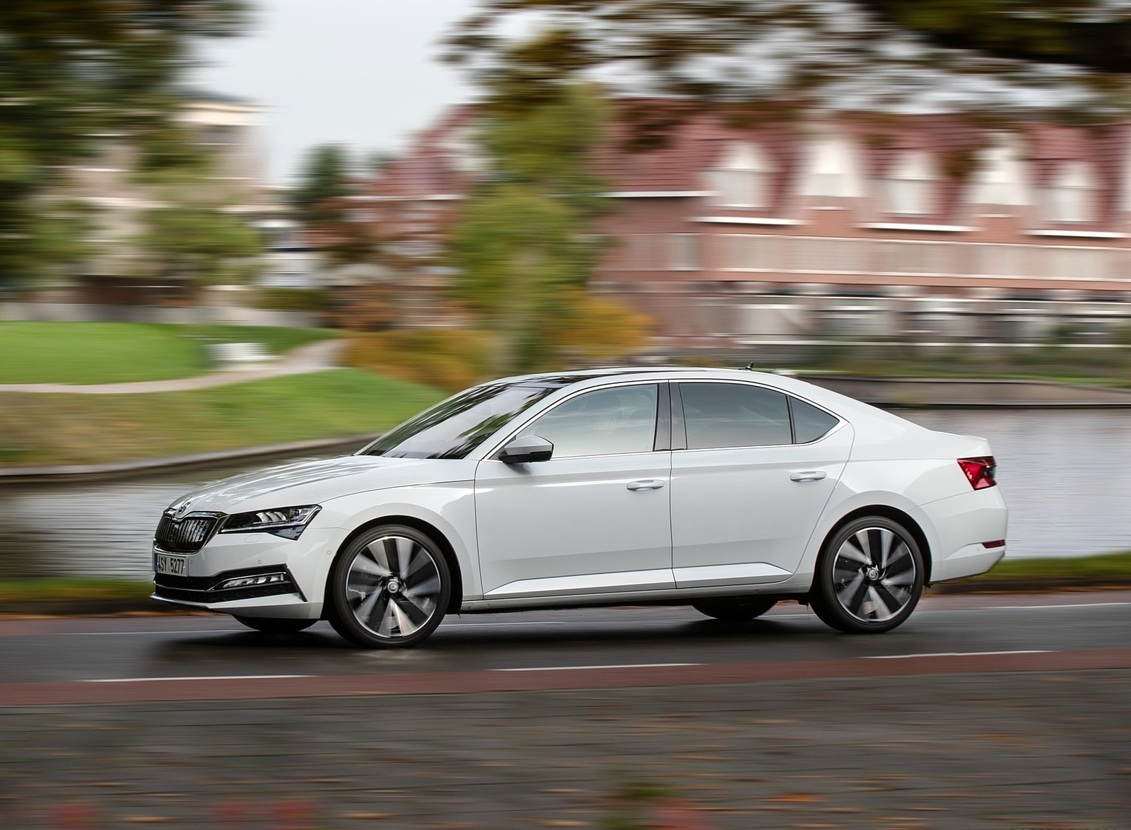 2020 Skoda Superb iV Plug-In Hybrid Front Three-Quarter Wallpapers (10)