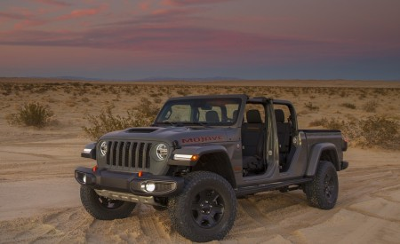 2020 Jeep Gladiator Mojave Front Three-Quarter Wallpapers 450x275 (43)