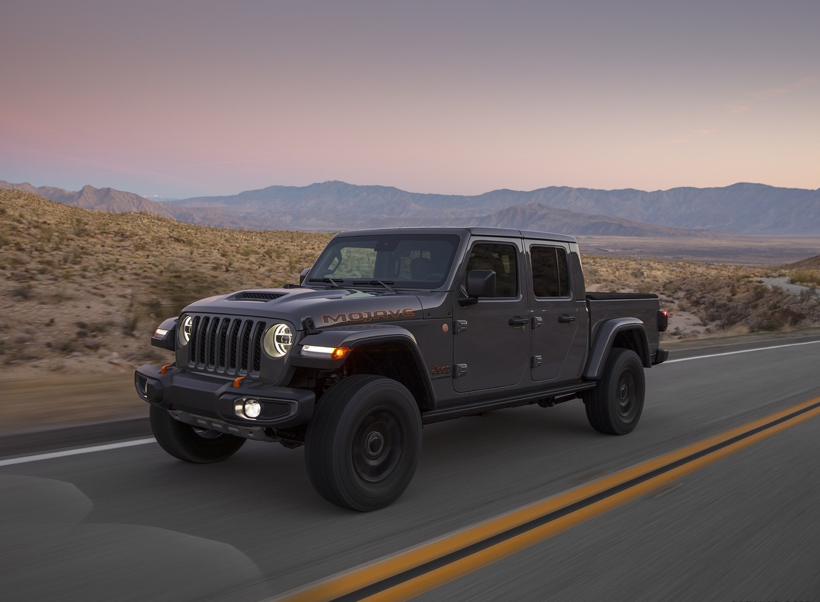 2020 Jeep Gladiator Mojave Front Three-Quarter Wallpapers (2)