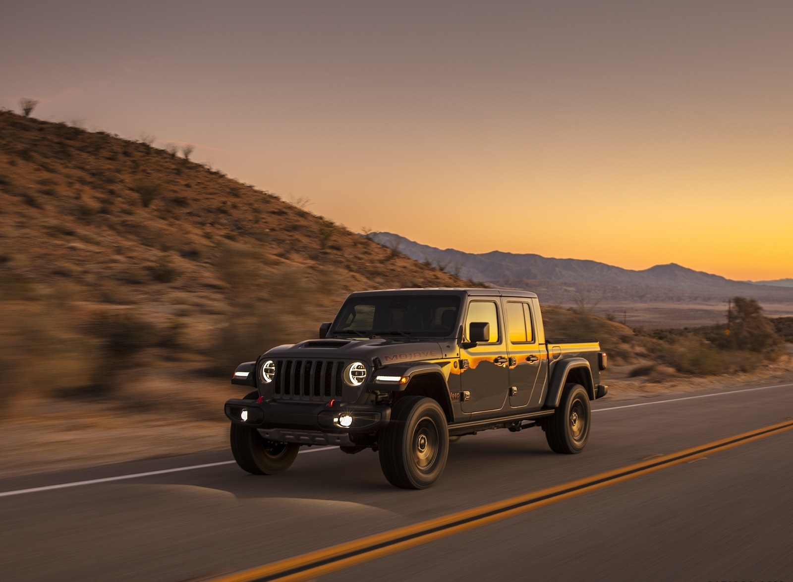 2020 Jeep Gladiator Mojave Front Three-Quarter Wallpapers (3)