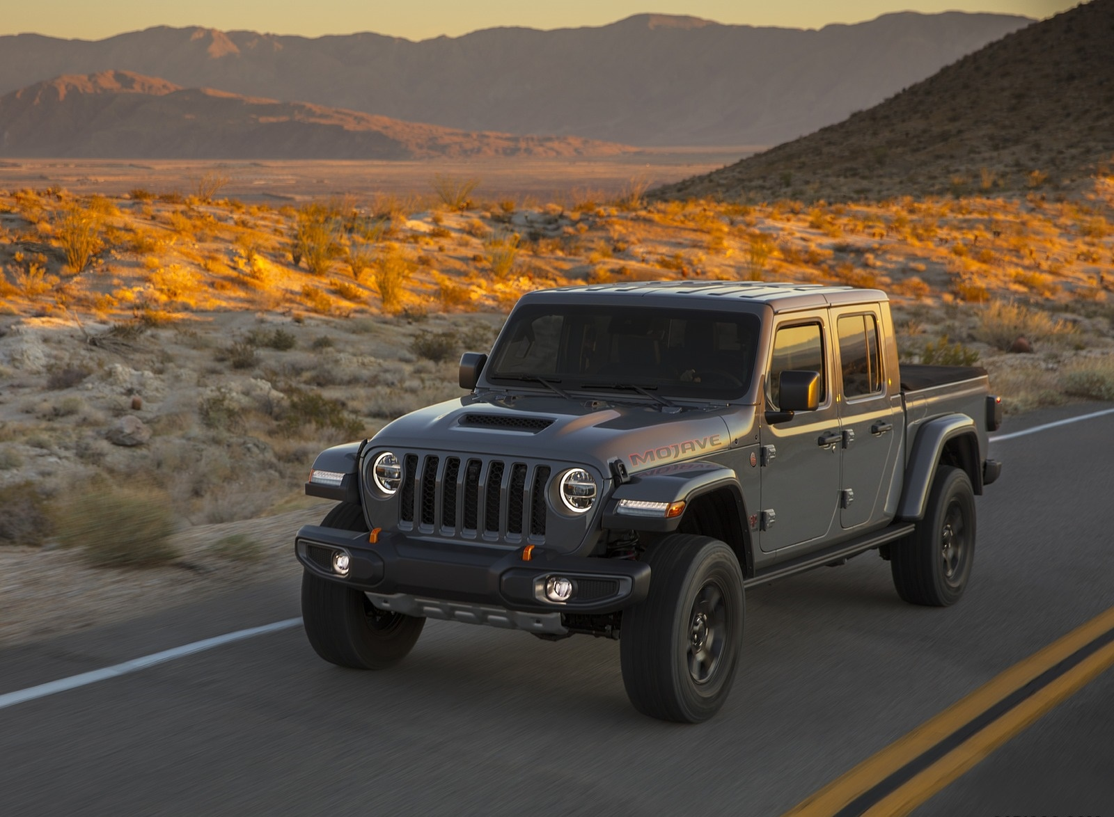 2020 Jeep Gladiator Mojave Front Three-Quarter Wallpapers (1)
