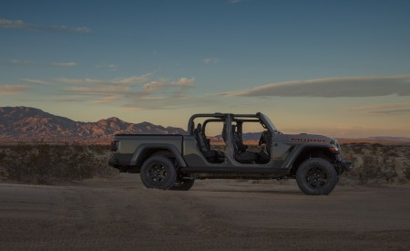 2020 Jeep Gladiator Mojave Side Wallpapers 450x275 (48)