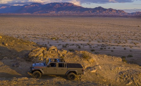 2020 Jeep Gladiator Mojave Side Wallpapers 450x275 (47)