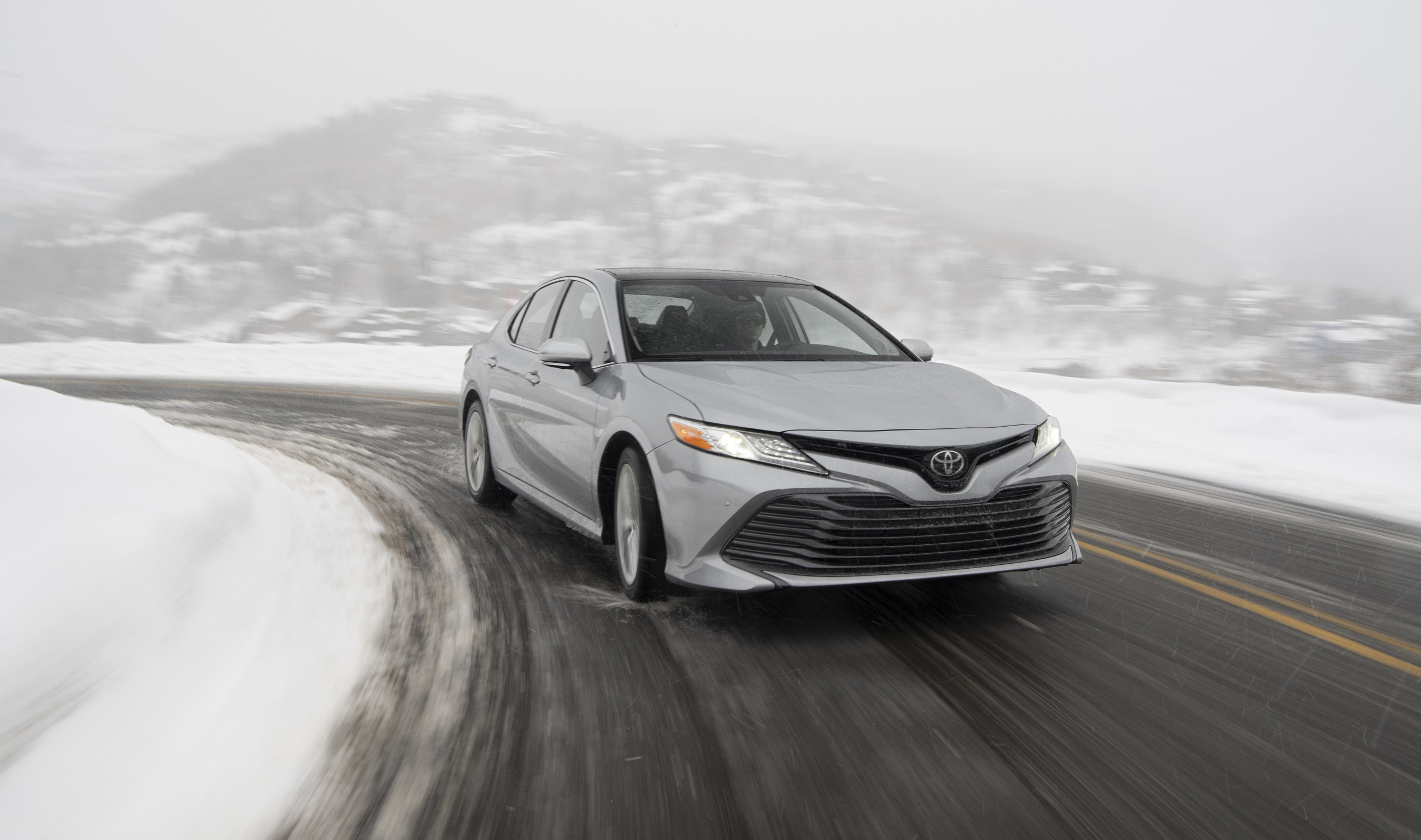 2020 Toyota Camry XLE AWD Front Wallpapers (2)