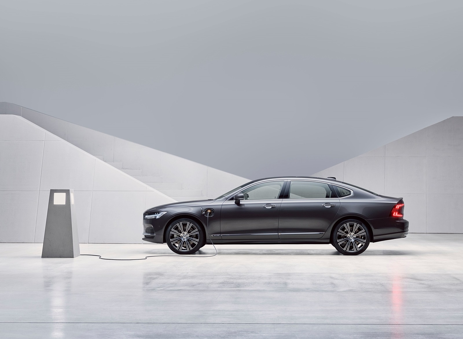 2020 Volvo S90 Recharge T8 plug-in hybrid (Color: Platinum Grey) Side Wallpapers (6)
