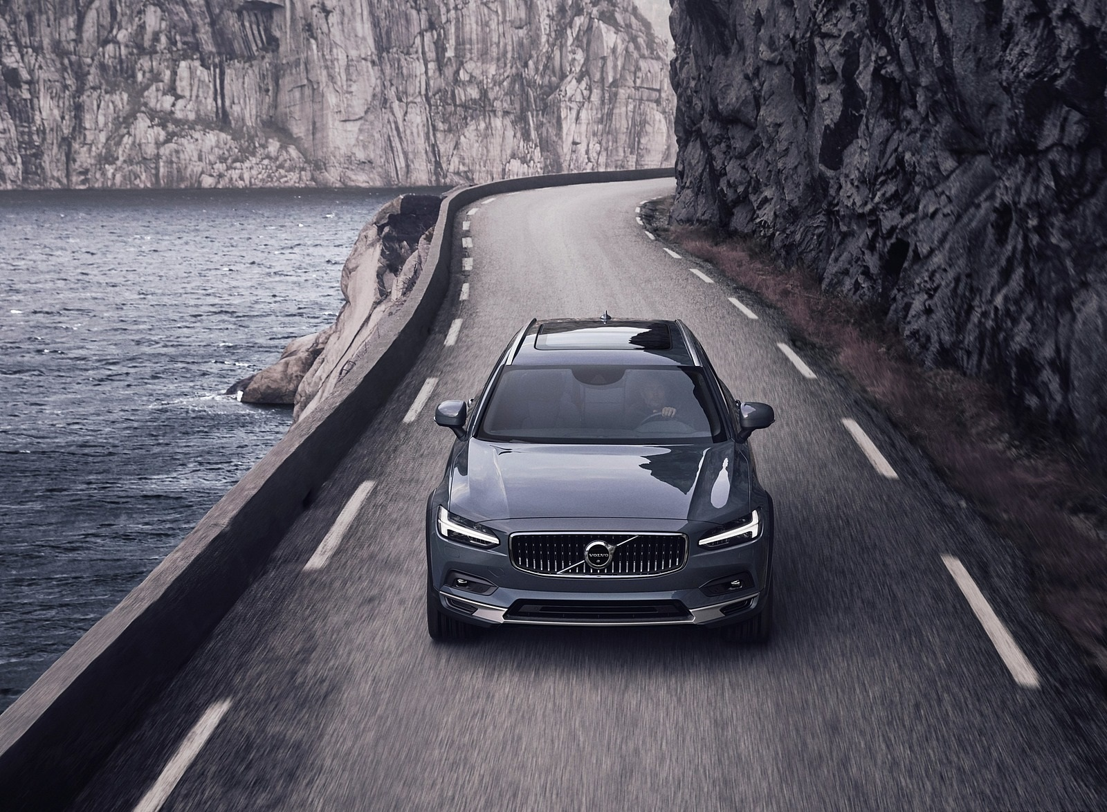 2020 Volvo V90 Cross Country Recharge T8 plug-in hybrid (Color: Thunder Grey) Front Wallpapers (2)