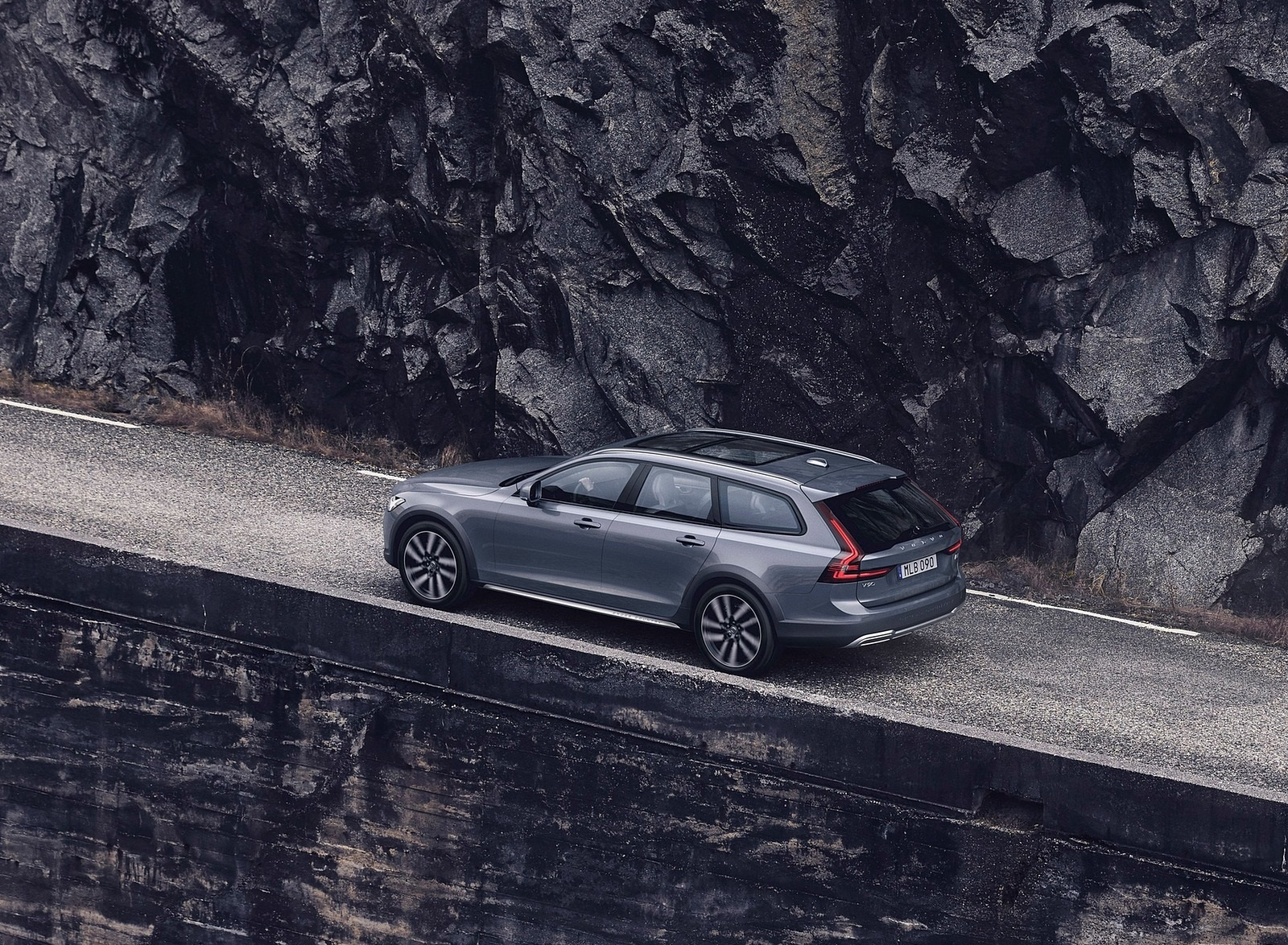 2020 Volvo V90 Cross Country Recharge T8 plug-in hybrid (Color: Thunder Grey) Rear Three-Quarter Wallpapers (3)