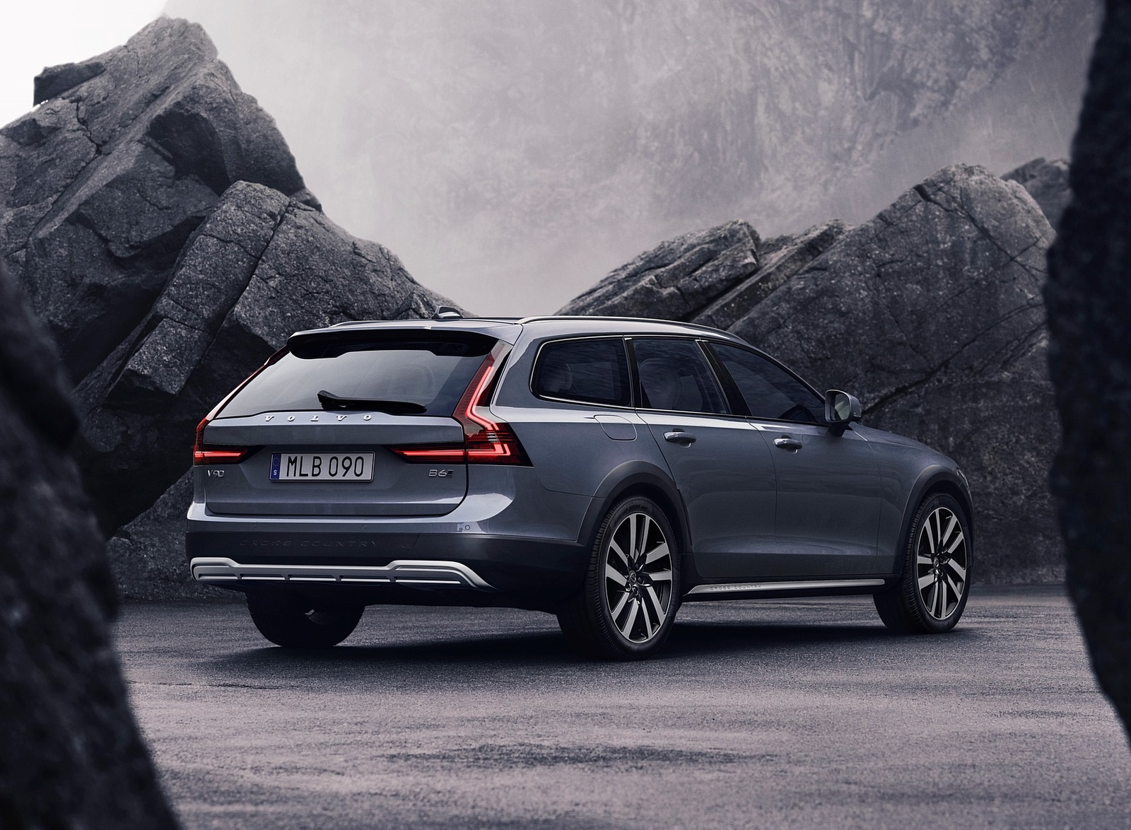 2020 Volvo V90 Cross Country Recharge T8 plug-in hybrid (Color: Thunder Grey) Rear Three-Quarter Wallpapers (4)