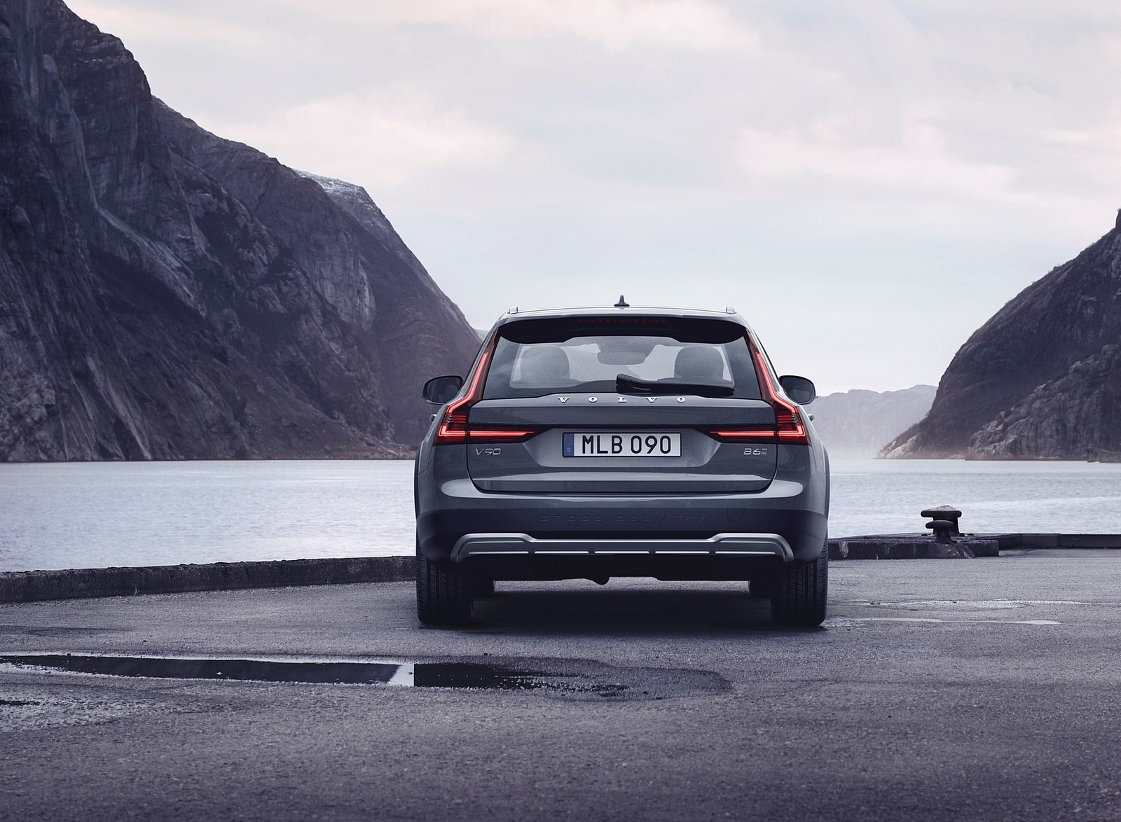 2020 Volvo V90 Cross Country Recharge T8 plug-in hybrid (Color: Thunder Grey) Rear Wallpapers (5)