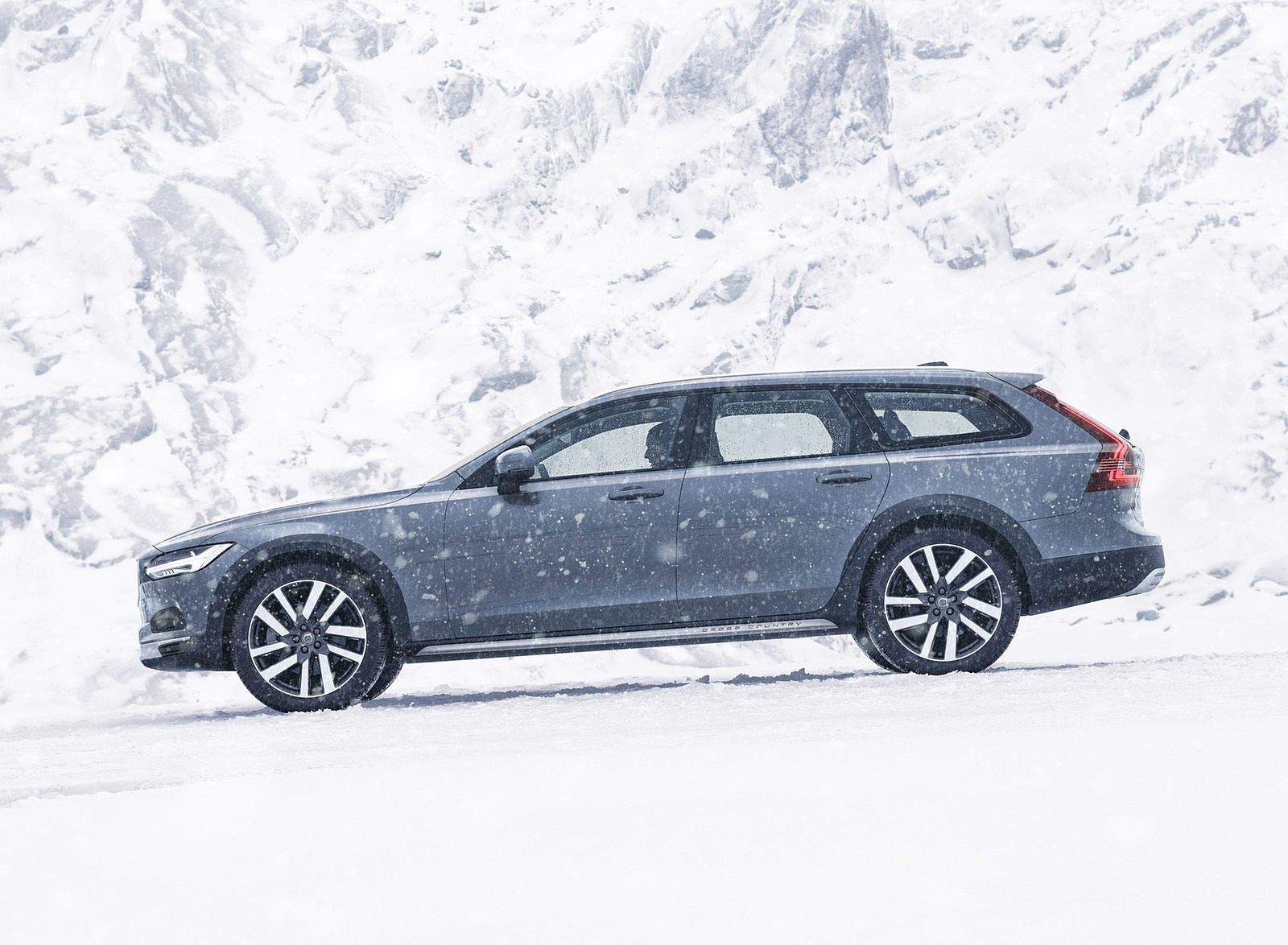 2020 Volvo V90 Cross Country Recharge T8 plug-in hybrid (Color: Thunder Grey) Side Wallpapers (6)
