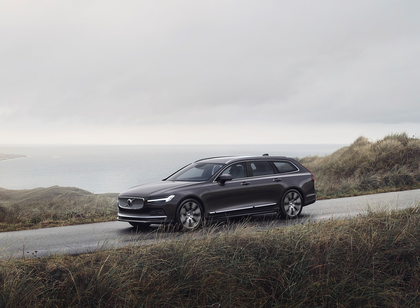 2020 Volvo V90 Recharge T8 plug-in hybrid (Color: Platinum Grey) Front Three-Quarter Wallpapers (1)
