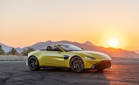 2021 Aston Martin Vantage Roadster (Color: Yellow Tang; US-Spec) Front Three-Quarter Wallpapers 450x275 (137)