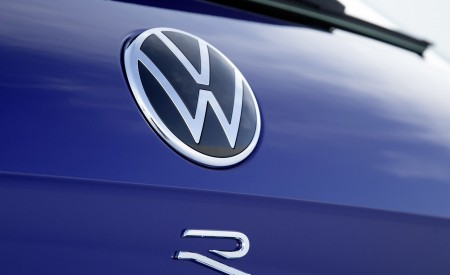 2021 Volkswagen Touareg R Plug-In Hybrid Badge Wallpapers 450x275 (40)