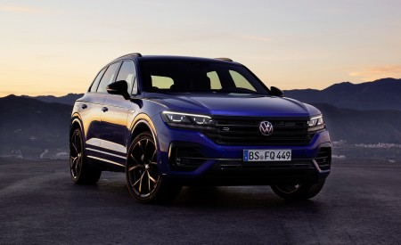 2021 Volkswagen Touareg R Plug-In Hybrid Front Three-Quarter Wallpapers 450x275 (25)