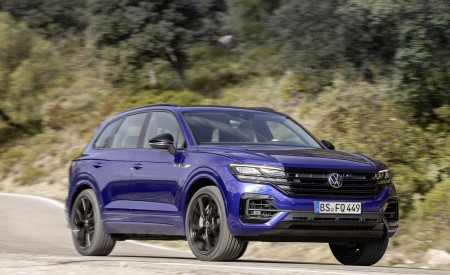 2021 Volkswagen Touareg R Plug-In Hybrid Front Three-Quarter Wallpapers 450x275 (3)