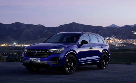 2021 Volkswagen Touareg R Plug-In Hybrid Front Three-Quarter Wallpapers 450x275 (27)